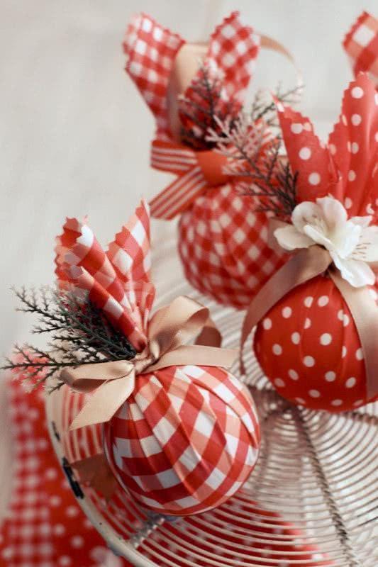 Bola de natal com tecido quadriculado vermelho e laços