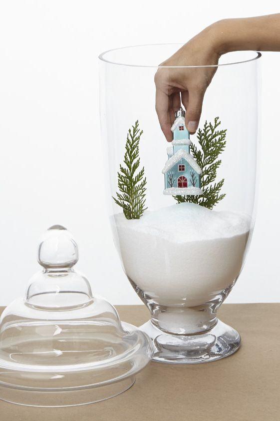 Vaso de vidro com decoração de Natal e casinha