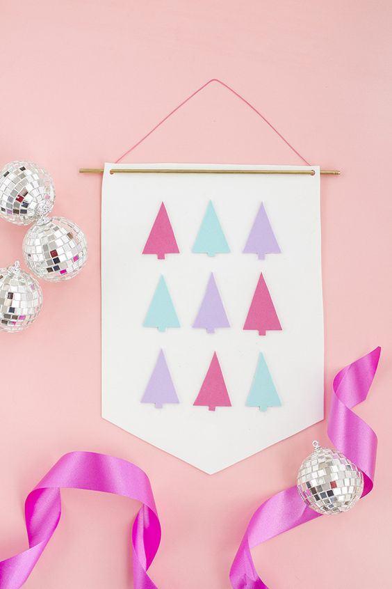 Um toque de decoração feminina: bandeira de decoração de Natal com pequenas árvores coloridas