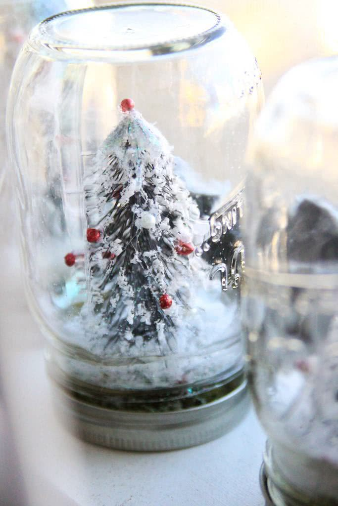 Globo de neve com árvore em pote de vidro
