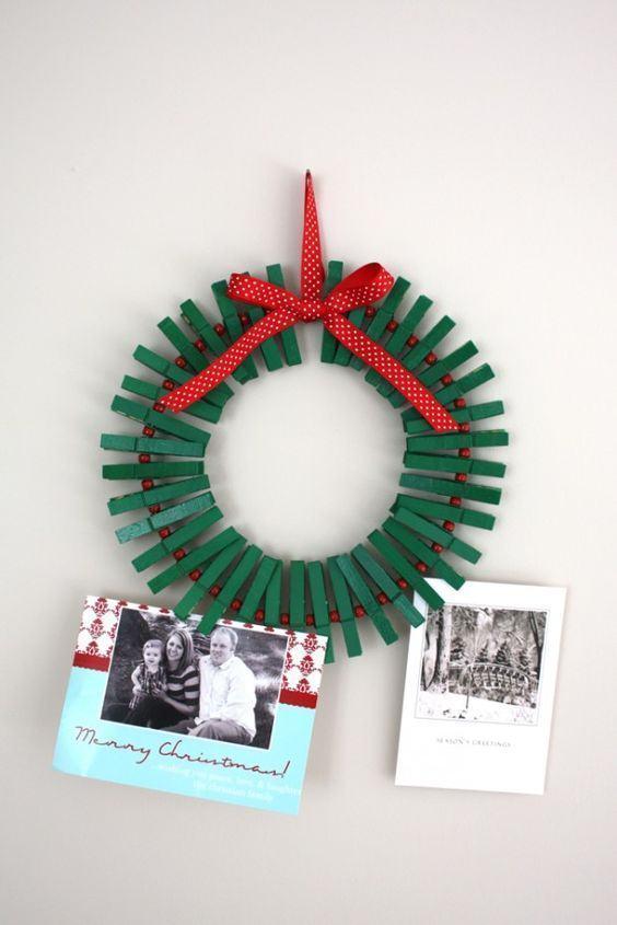 Guirlanda de Natal simples com pregadores pintados de verde