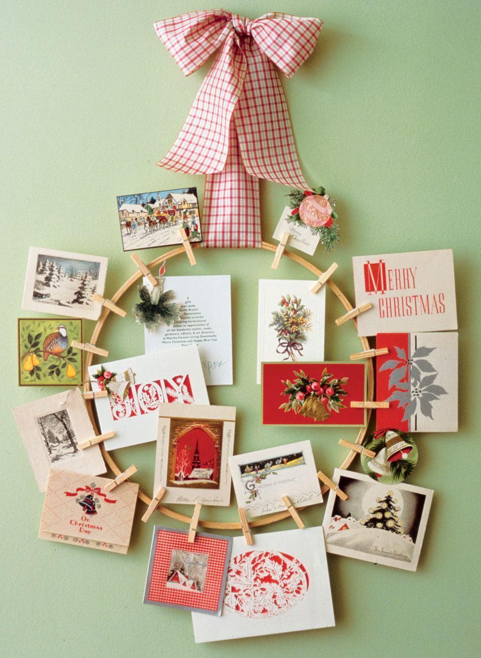 Guirlanda de madeira com fotos e cartões pendurados por pregadores