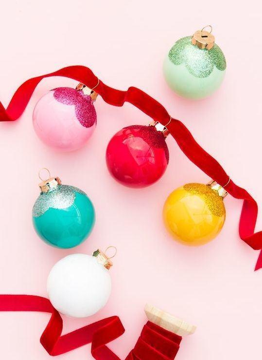 Bolas coloridas de Natal com glitter