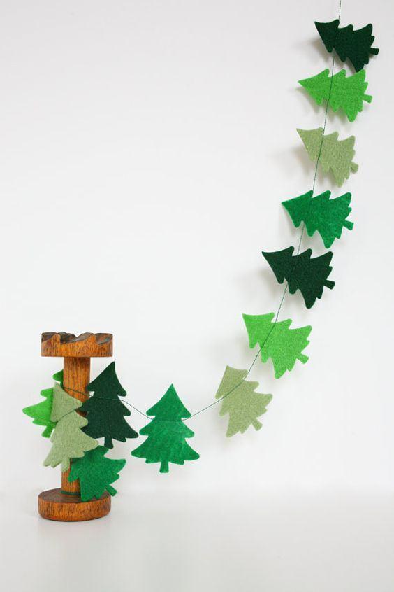 Cortina com árvores de feltro em diferentes tons de verde