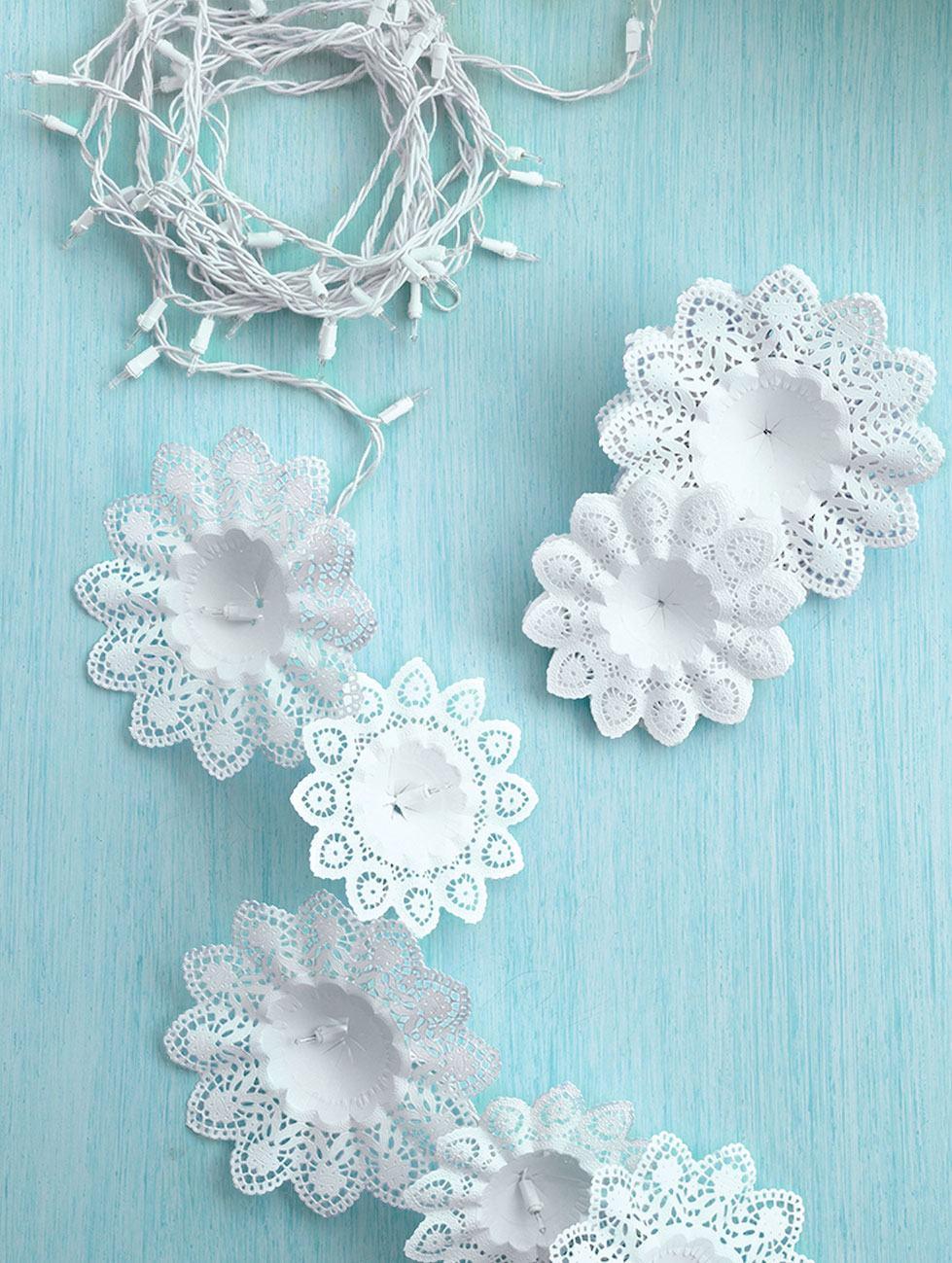 Luzes de natal com flores brancas