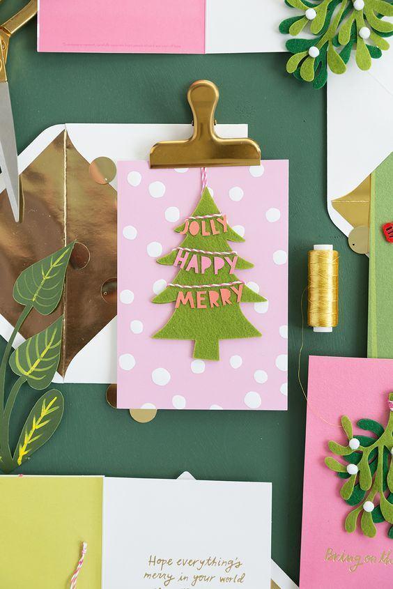 Utilize um mural para pendurar itens de Natal