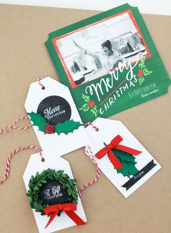 Pequenos cartões decorados com laços, guirlandas e outros itens