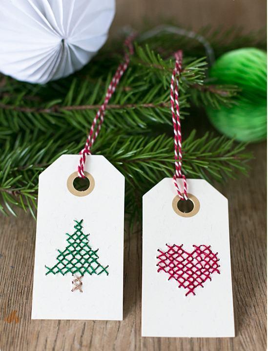 Faça cartões estilizados com linhas coloridas para pendurar na árvore