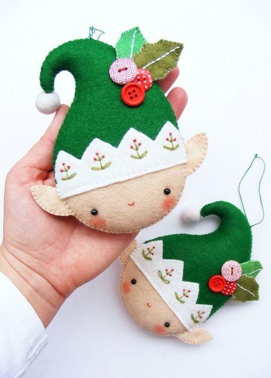 Pequenos duendes de Natal feitos com feltro e botões
