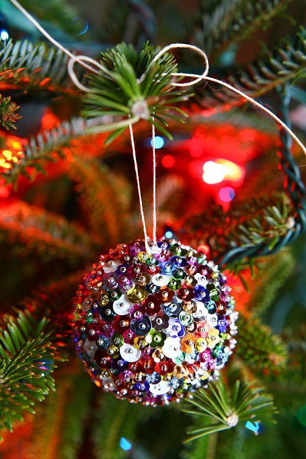 Artesanato com lantejoulas na bola da árvore