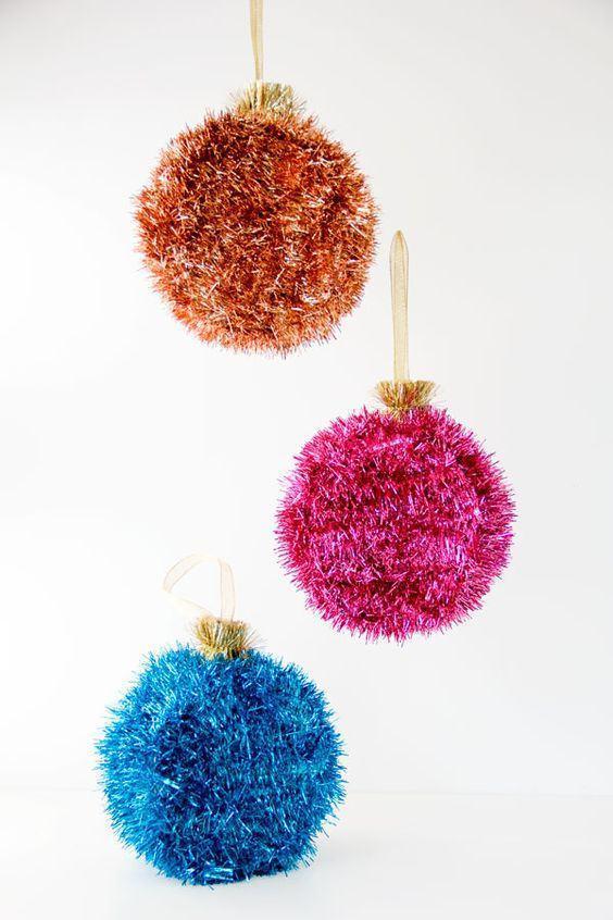 Bolas de natal no estilo pompom para pendurar na árvore
