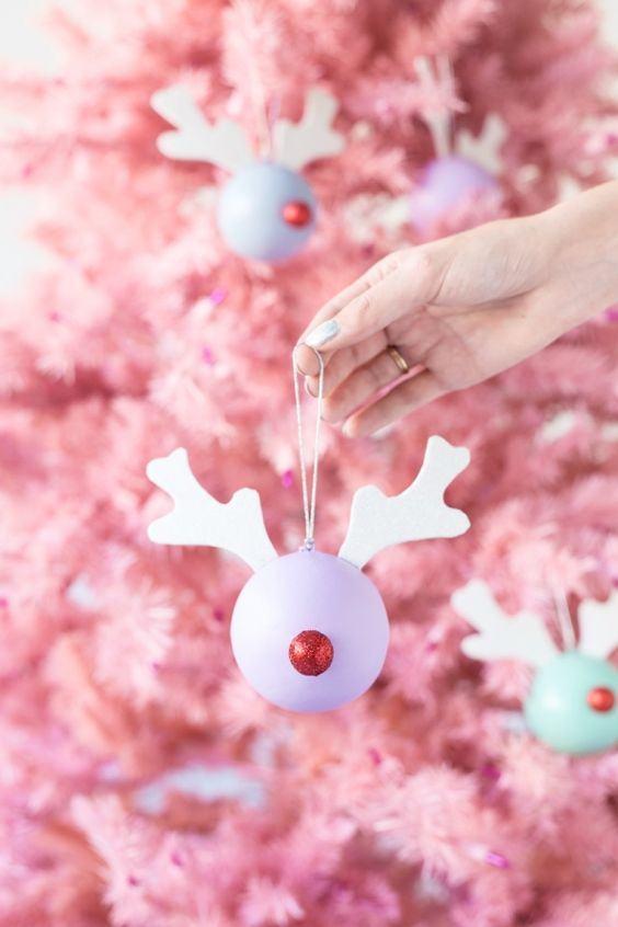 Utilizar asas é uma maneira diferente de decorar as bolinhas de Natal