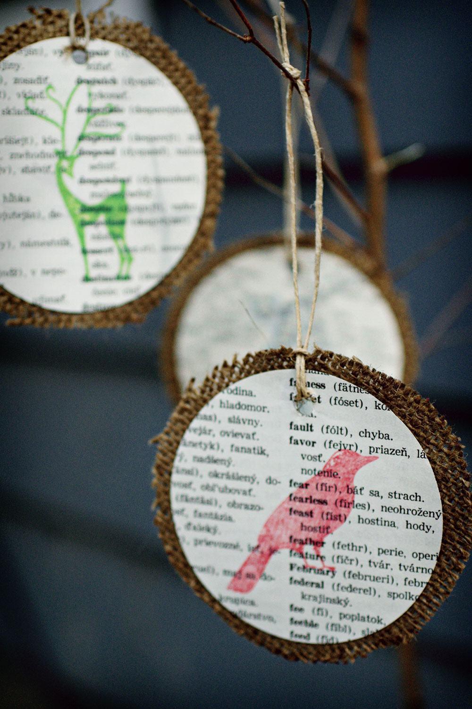 Pendentes para árvore feitos com recorte de revista ou jornal colados em tecido de juta