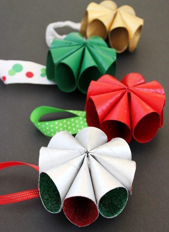 Decoração de Natal com rolo de papel higiênico pintado com glitter