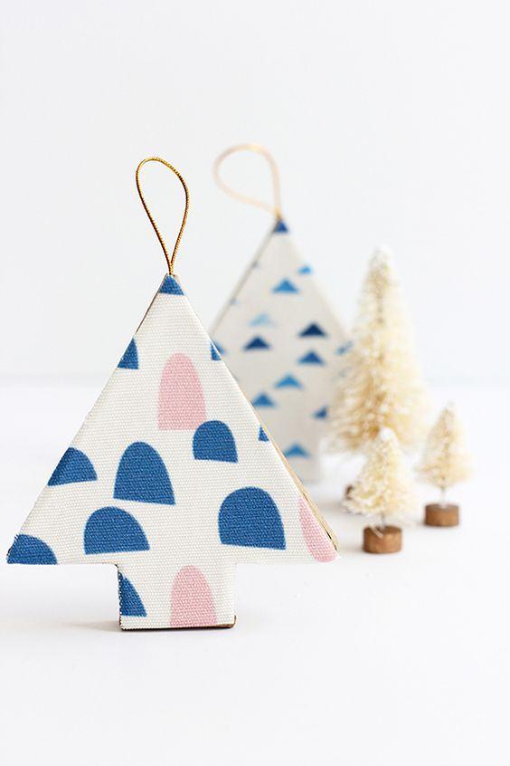 Pequena árvore estampada com tecido para pendurar na decoração natalina