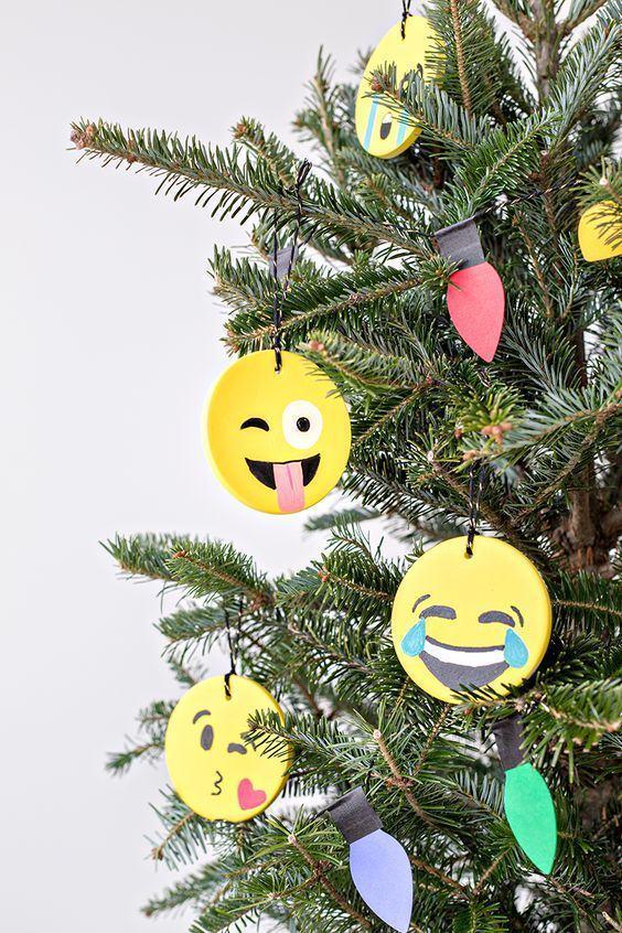 Para deixar o clima animado: use emojis divertidos para pendurar na árvore