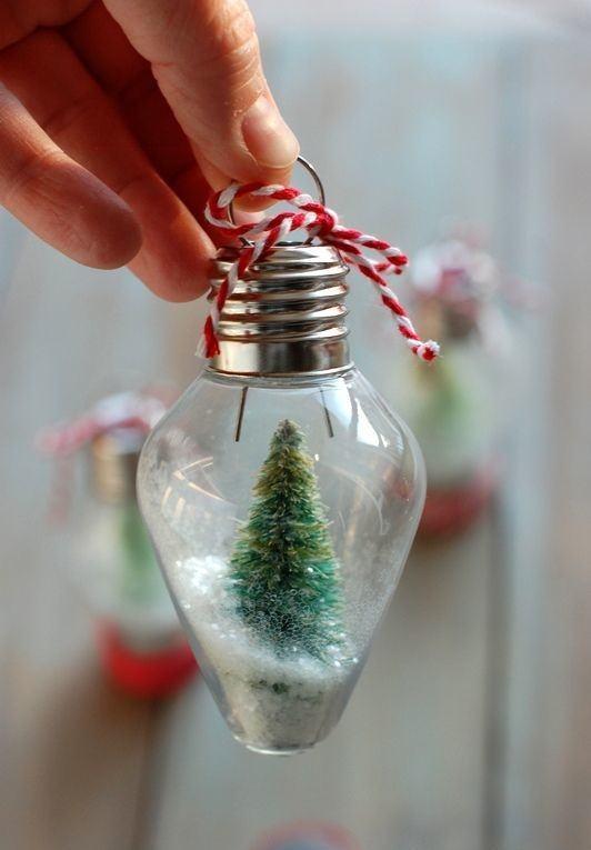 Lâmpada incandescente decorada com pequena árvore e barbante de Natal
