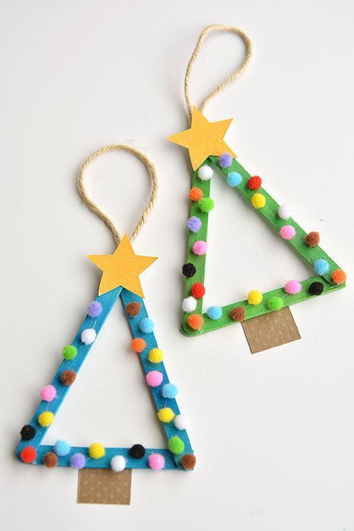 Pequenos triângulos em formato de árvore feitos com palitos de picolé e bolinhas coloridas para pendurar na decoração