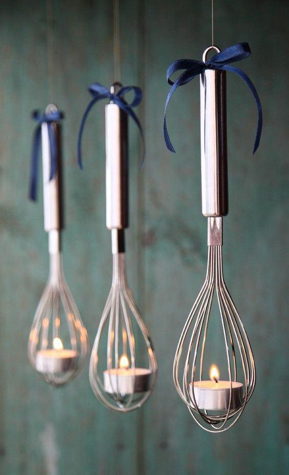 Luminárias feitas com colheres de batedeira com vela no centro