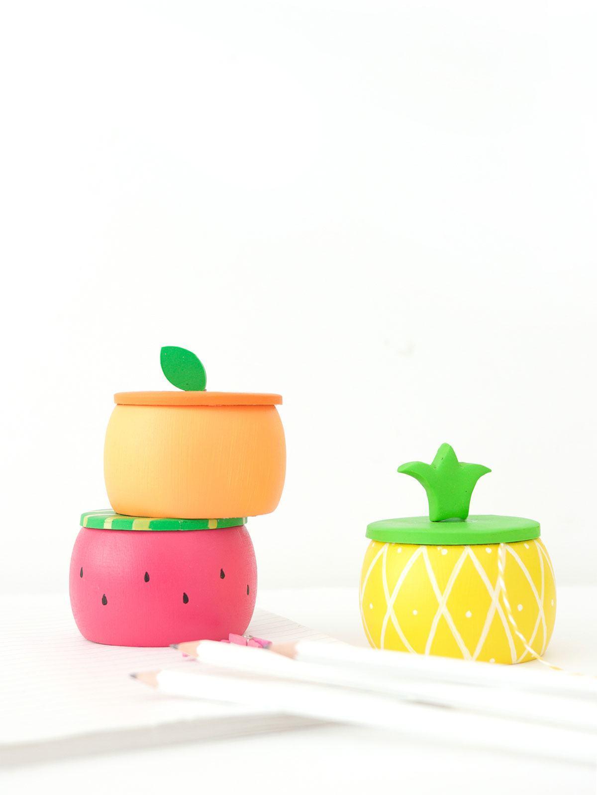 Potes coloridos de madeira para guardar objetos