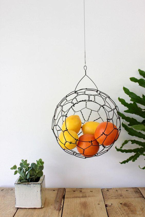 Globo suspenso de arame utilizado como fruteira