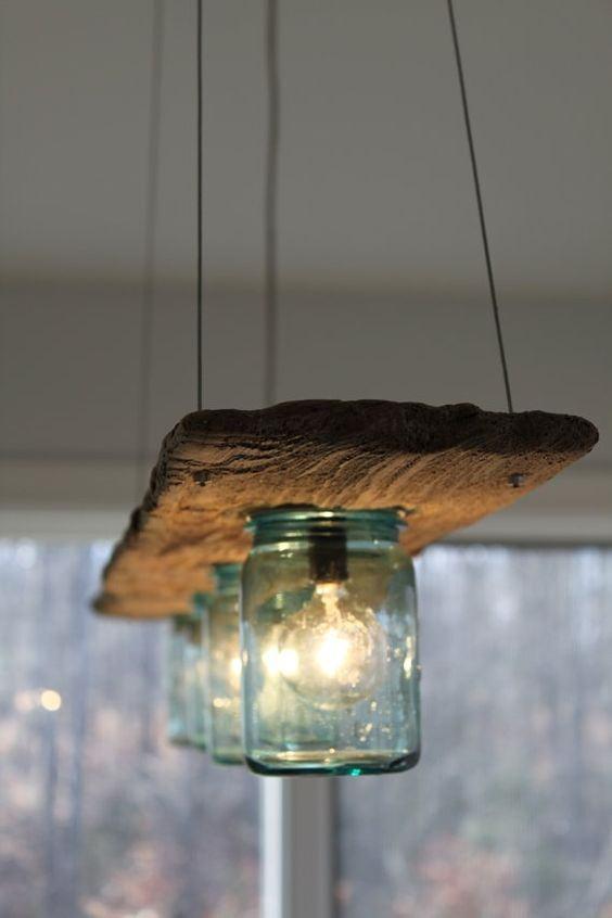 Luminária com madeira e potes de vidro reutilizados