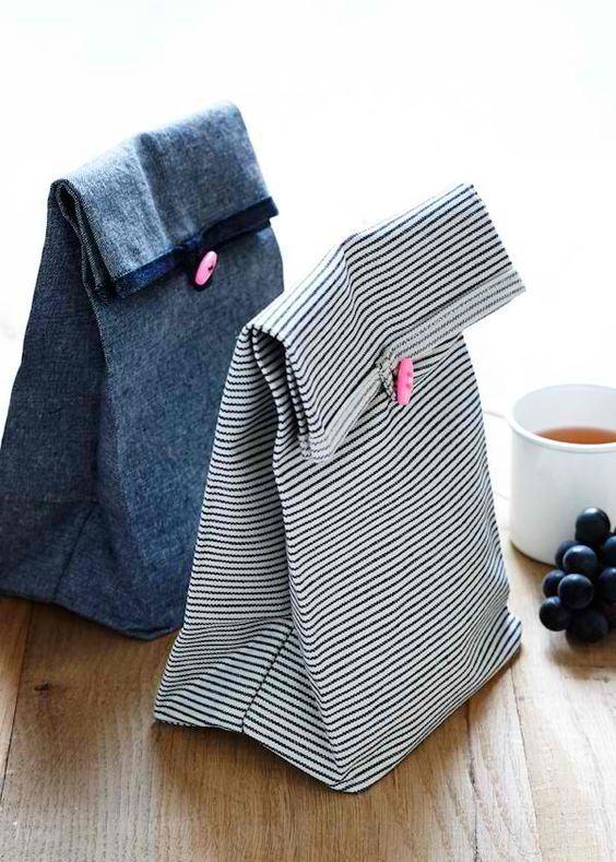 Pequenas sacolas de tecido com fechamento de botão