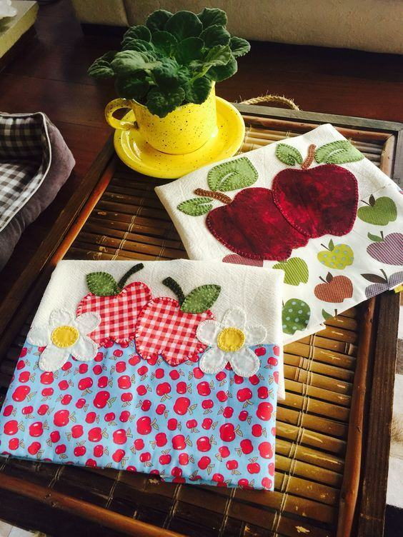Toalhas com pedaços de tecidos coloridos costurados