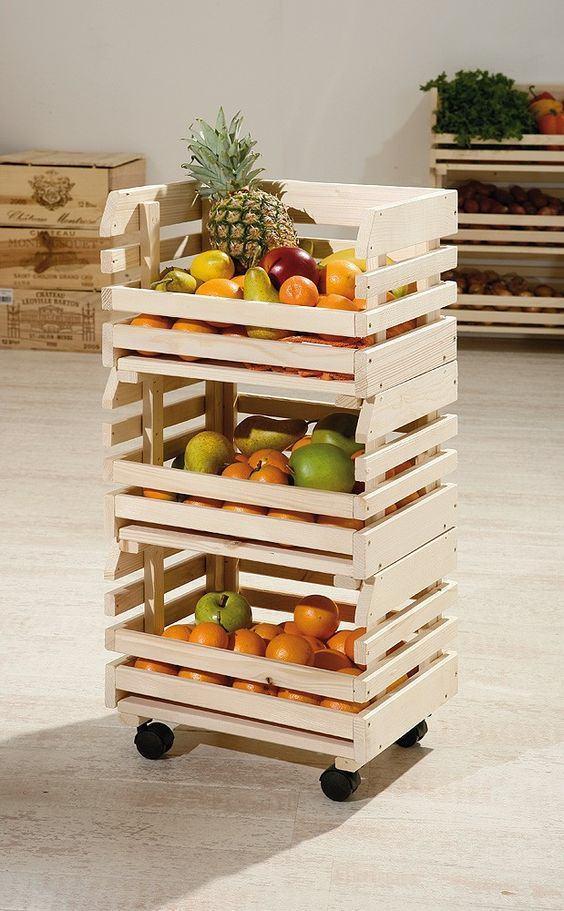 Caixotes pequenos de madeira que juntos formam um cesto de frutas