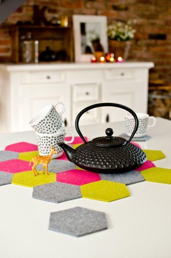 Suporte para panelas feitos com pedaços hexagonais coloridos de feltro