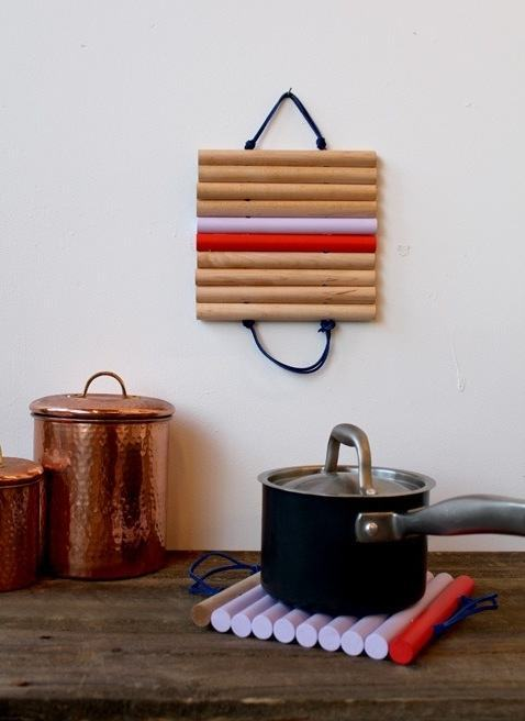 Lindo apoio para panelas de madeira que pode ser pendurado elegantemente na parede