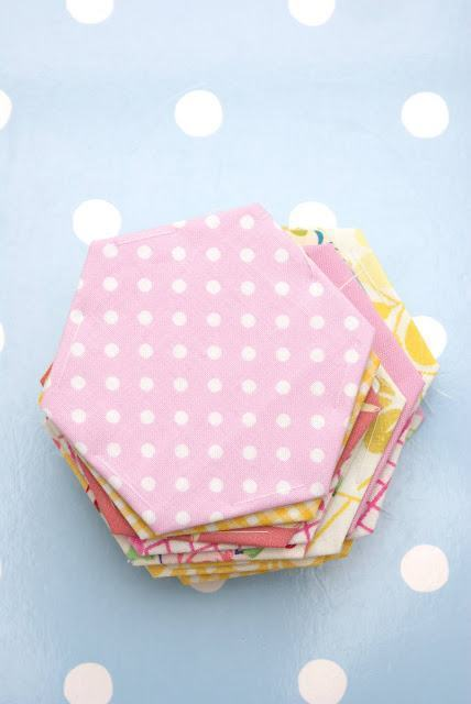 Porta copos hexagonais cobertos por tecidos coloridos