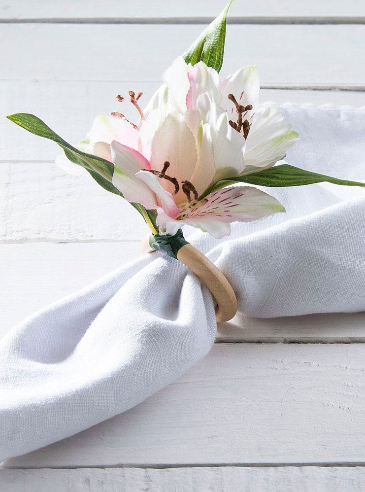 Porta guardanapo feito com argola de madeira e flor artificial
