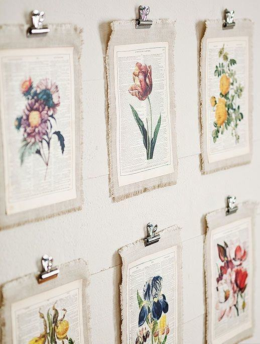 Parede decorada com ilustrações coladas em tecido de juta