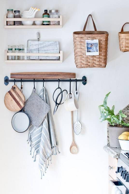 Prateleiras de madeira, organizador de metal e cestos para cozinha