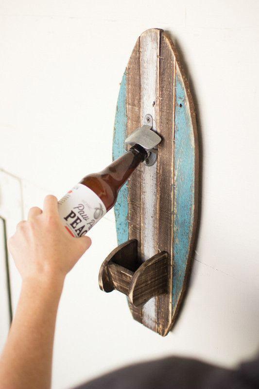 Abridor de garrafas de vidro com madeira fixado na parede