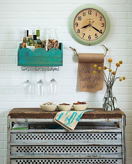 Porta objetos de madeira com suporte para taças de vinho