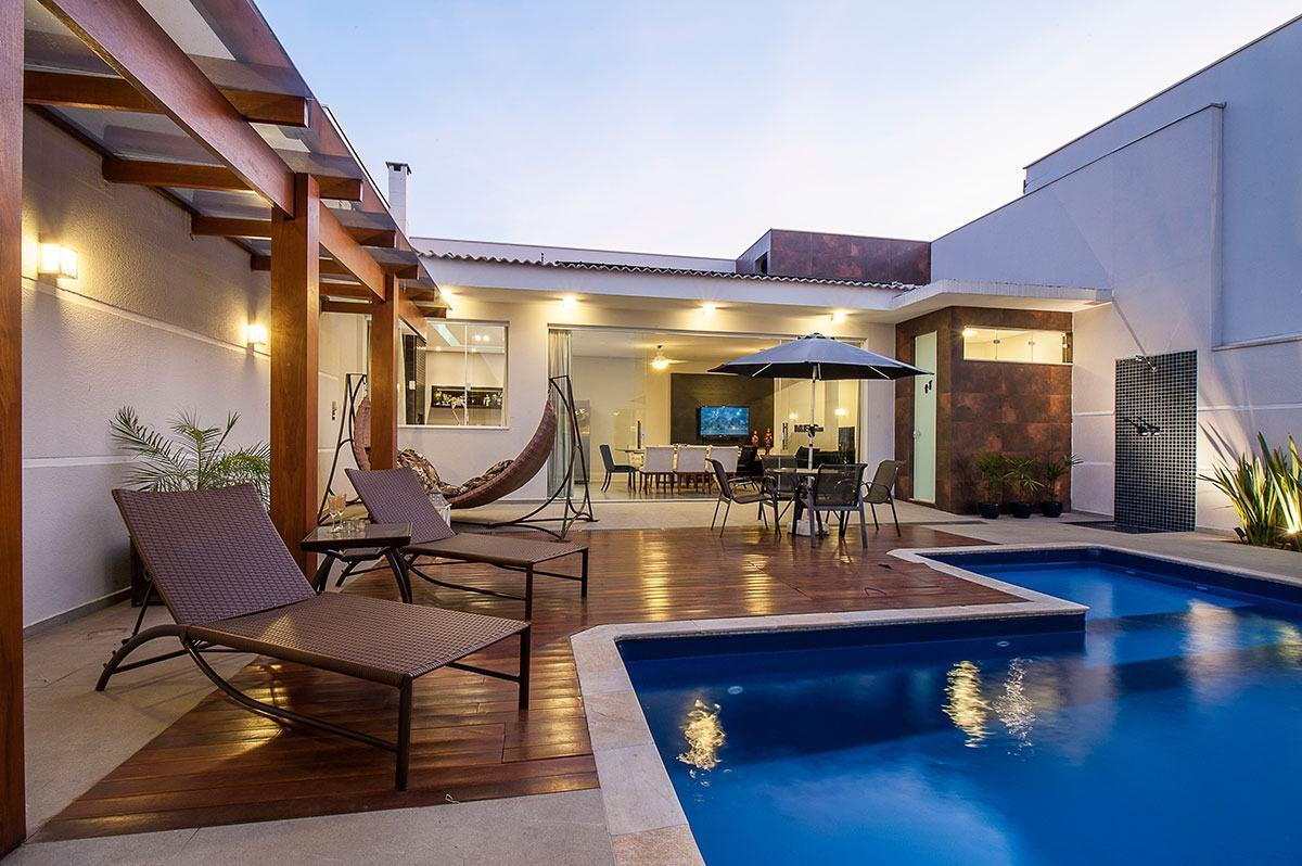 Casas com piscinas 60 modelos projetos e fotos for Modelos de piscinas modernas