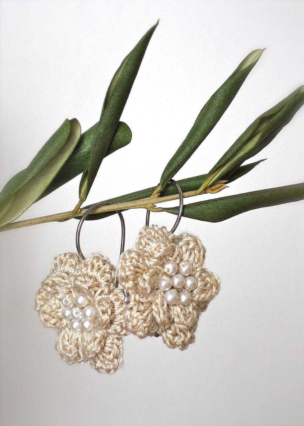 Flores de crochê com pérolas para pendurar