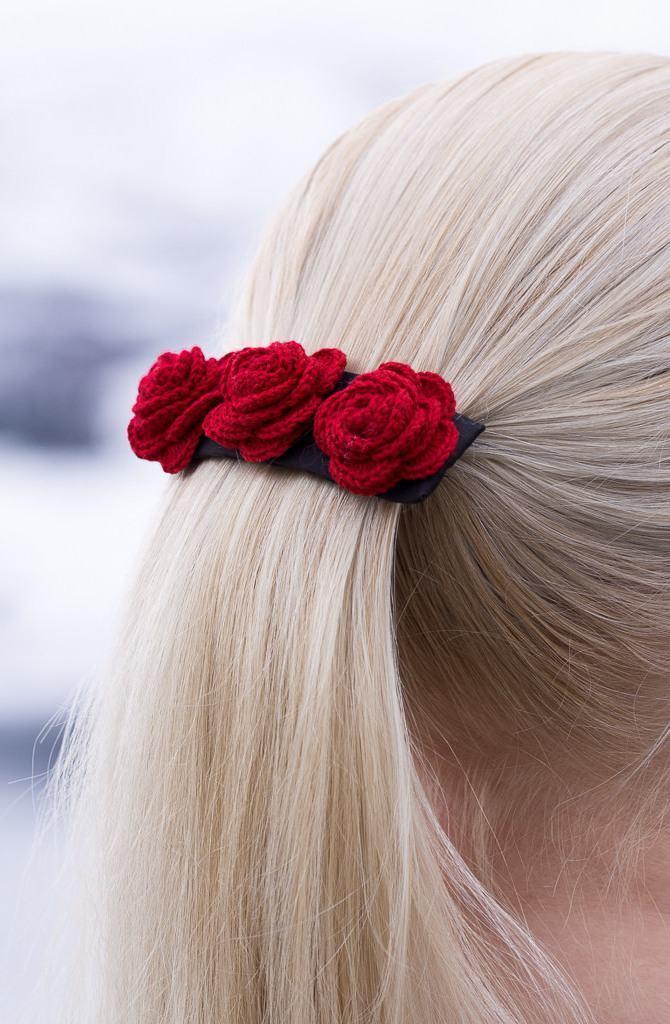 Flores de crochê na cor vermelha no prendedor