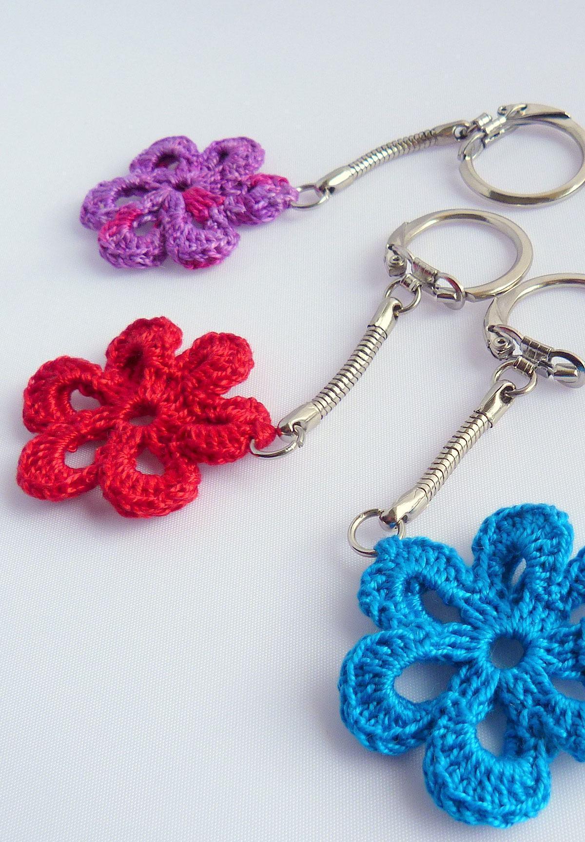 Chaveiro com flores de crochê