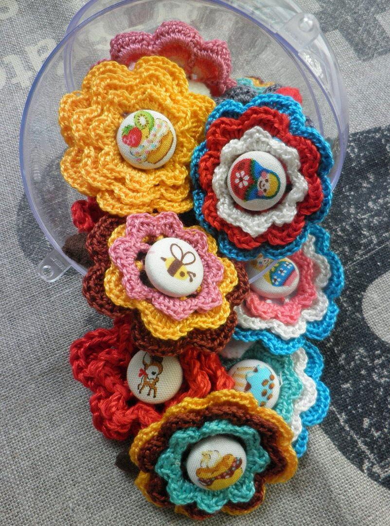 Flores de crochê com botões de tecido