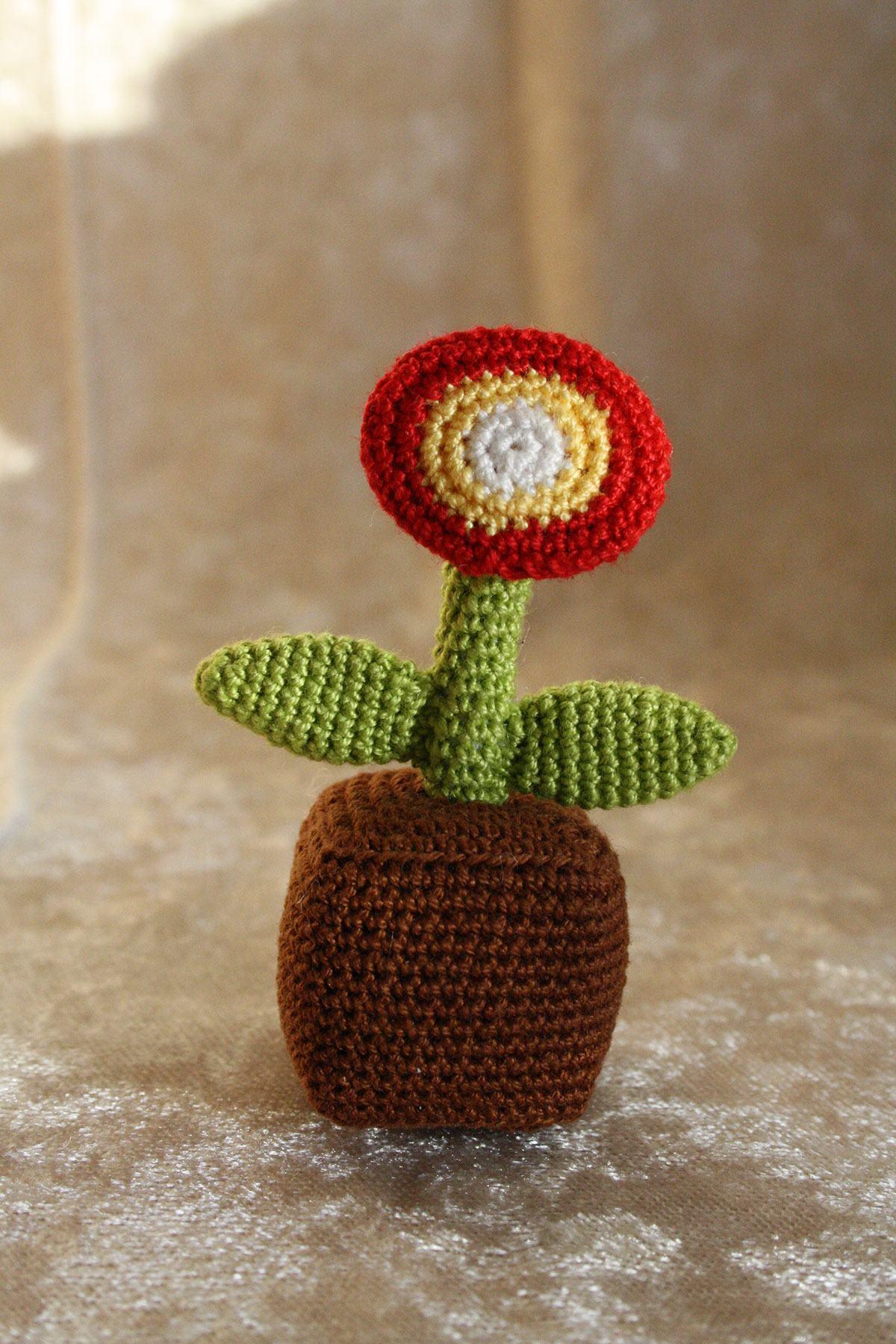 Vaso de flor com flor de crochê