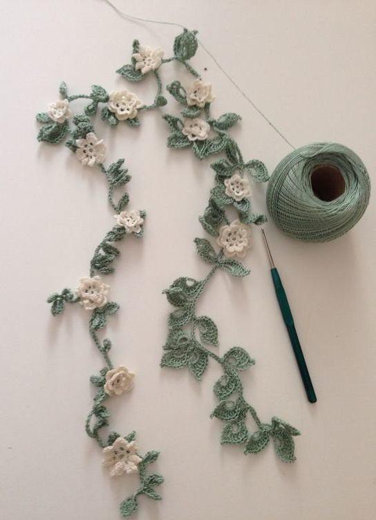Flores de crochê unidas por galhos