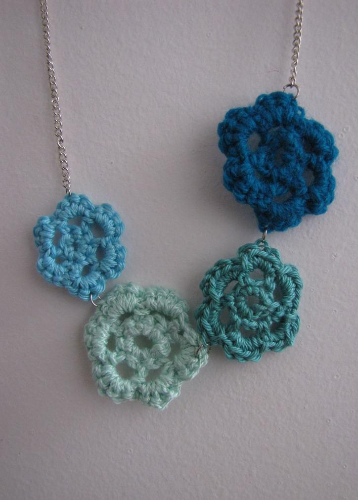 Flores de crochê em tons de azul