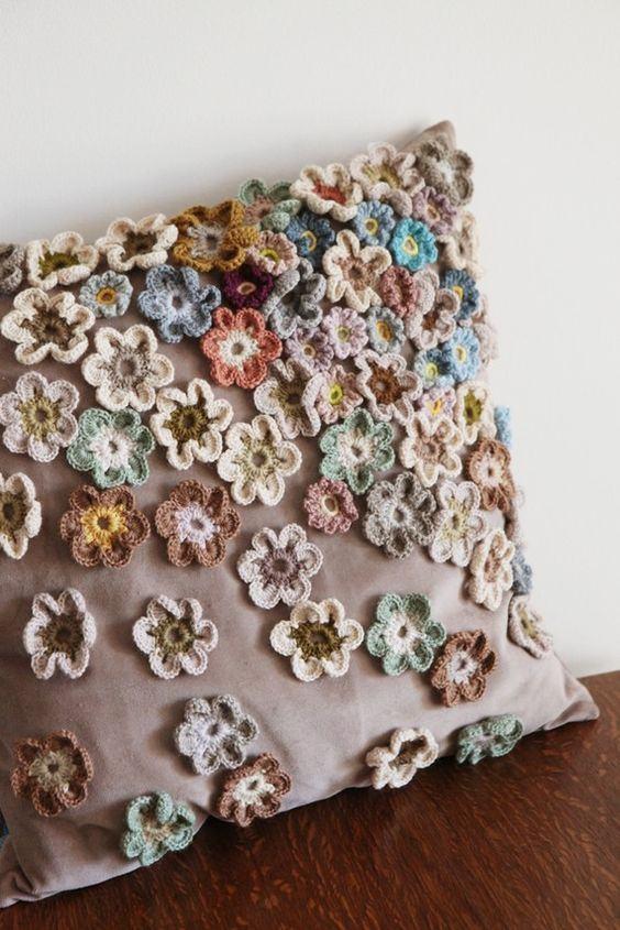 Flores de crochê aplicadas na almofada