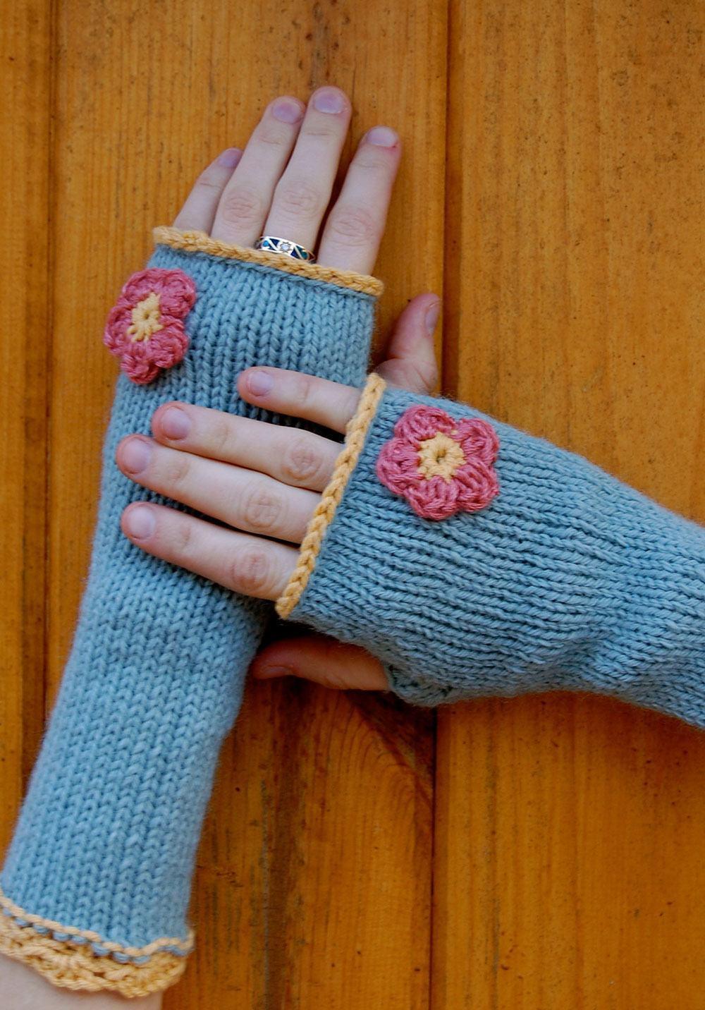 Luva de crochê com flor rosa