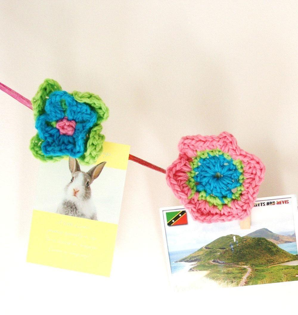 Flor de crochê fixada ao pregador