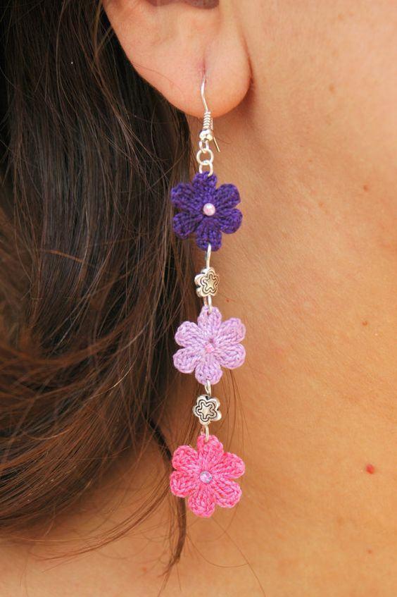 Brinco com pequenas flores delicadas de crochê
