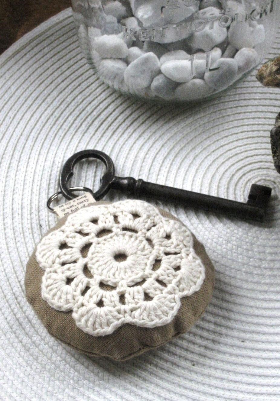 Chaveiro com almofada e flor de crochê